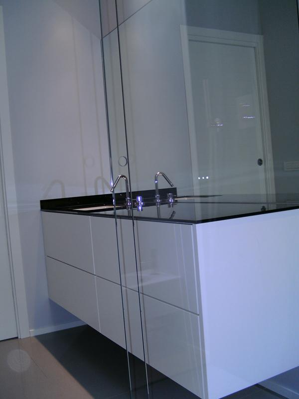 Mobile bagno sospeso laccato lucido, top in vetro extrawhite ...
